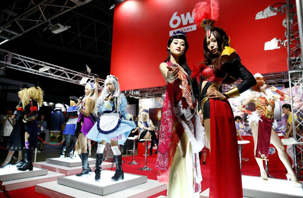 Modelki w kostiumach postaci z gier na targach Tokyo Game Show 2016 w Tokio