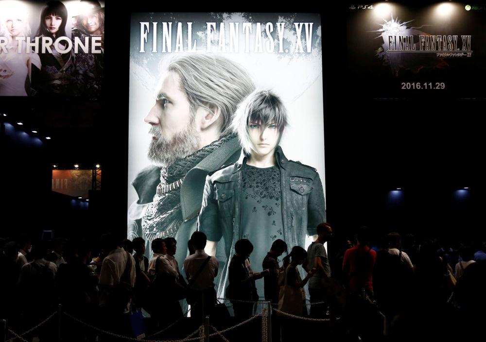Odwiedzający targi w kolejce do testowania gry Final Fantasy XV podczas Tokyo Game Show 2016