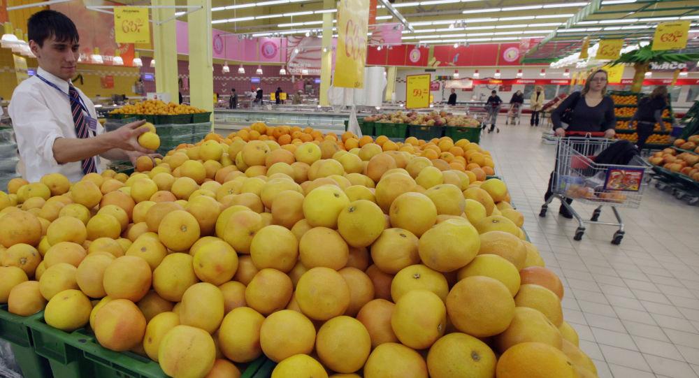 Sprzedaż cytrusów w moskiewskim sklepie
