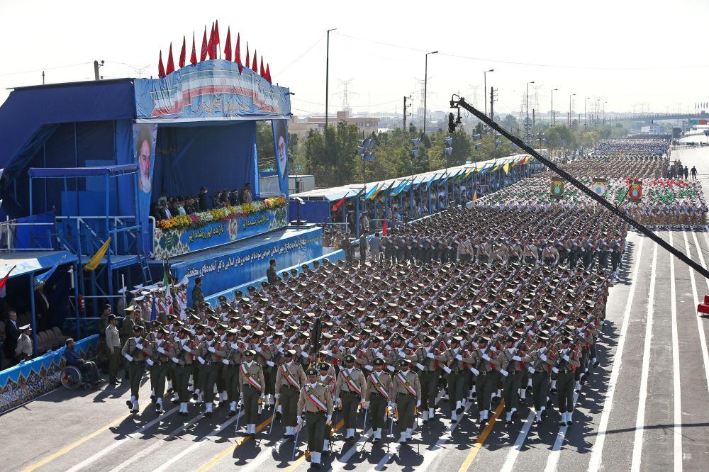 Parada wojskowa w Teheranie upamiętniająca 36 rocznicę rozpoczęcia wojny irańsko-irackiej