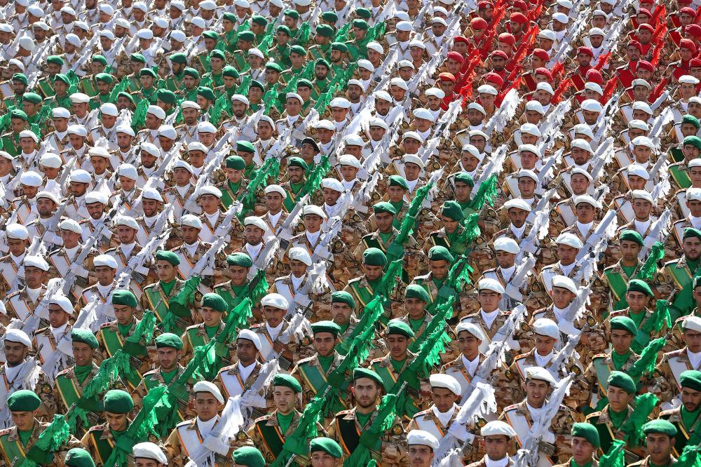 Irańscy żołnierze podczas parady wojskowej w Teheranie, upamiętniającej 36 rocznicę rozpoczęcia wojny irańsko-irackiej.