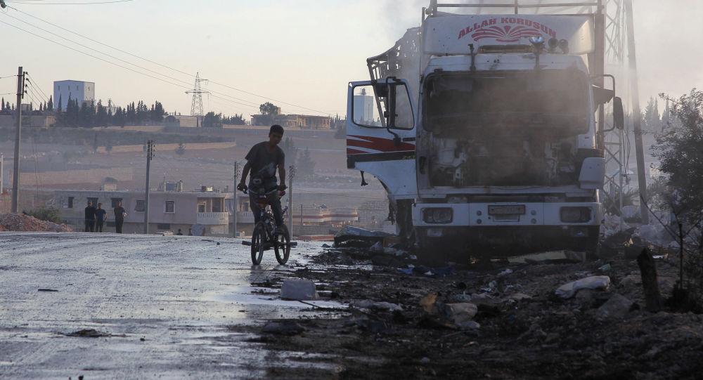 Zniszczona w wyniku pożaru ciężarówka z pomocą humanitarną w rejonie Urm al-Kubry na zachodnich peryferiach Aleppo