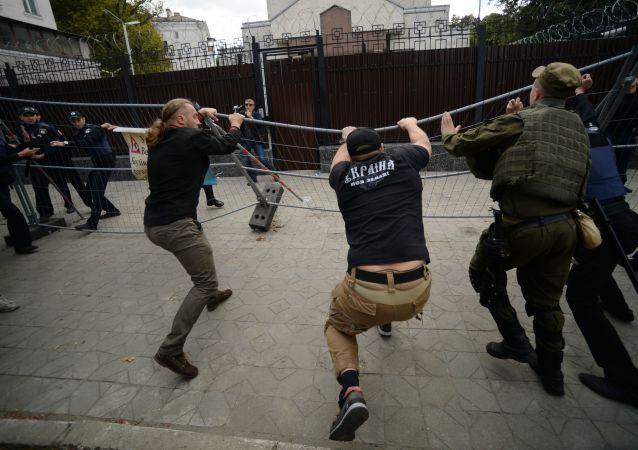 Protesty przed ambasadą Rosji w Kijowie. Zdjęcie archiwalne