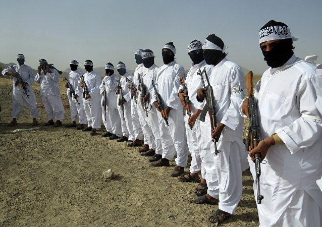 Talibscy zamachowcy samobójcy pełnią straż podczas spotkania separatystycznej frakcji talibów w przygranicznej strefie prowincji Zabul, Afganistan