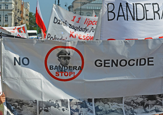 Uczestnicy akcji pamięci o ofiarach Rzezi wołyńskiej w Warszawie