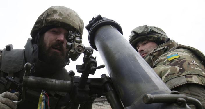 Ukraińscy żołnierze z moździerzem. Obwód doniecki.