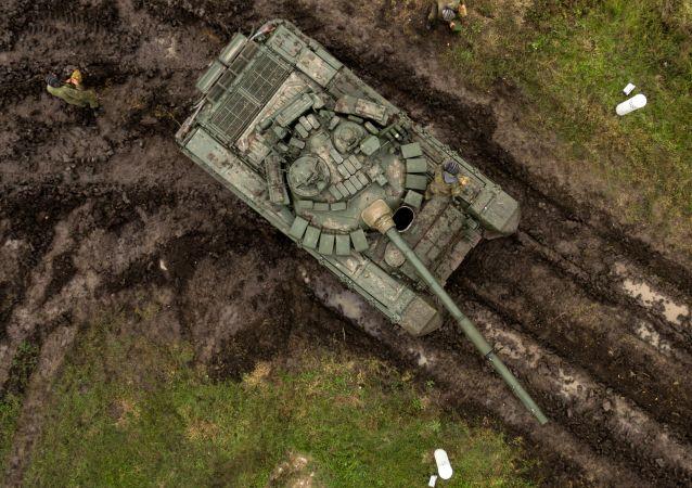"""Czołg T-72B3 podczas ćwiczeń terenowych jednostek pancernych wojsk zmechanizowanych Południowego Okręgu Wojskowego na poligonie """"Molkino"""" w Kraju Krasnodarskim."""