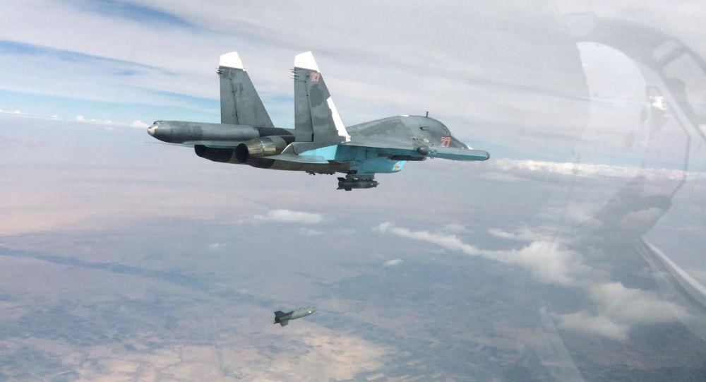 Bombowiec Su-34 podczas bombardowania terenów znajdujących się pod kontrolą terrorystów w prowincjach Rakka i Aleppo.