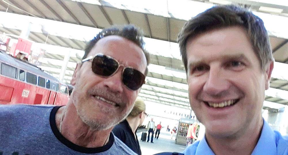 Policjant wypuścił byłego gubernatora Kalifornii, ale dopiero po zrobieniu sobie z nim selfie