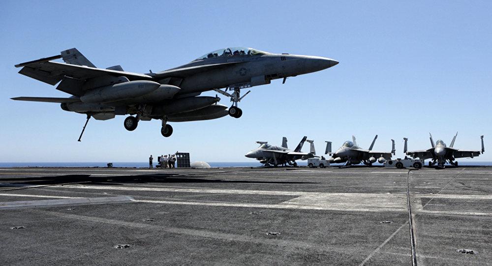 Myśliwce na pokładzie amerykańskiego lotniskowca Dwight D. Eisenhower na Morzu Śródziemnym