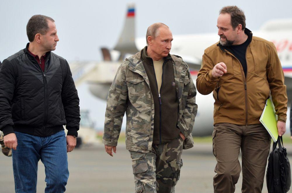 Prezydent Rosji Władimir Putin i rosyjski minister środowiska i ekologii Siergiej Donskoj na lotnisku w Orenburgu