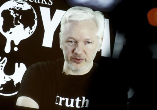 Założyciel witryny WikiLeaks Julian Assange