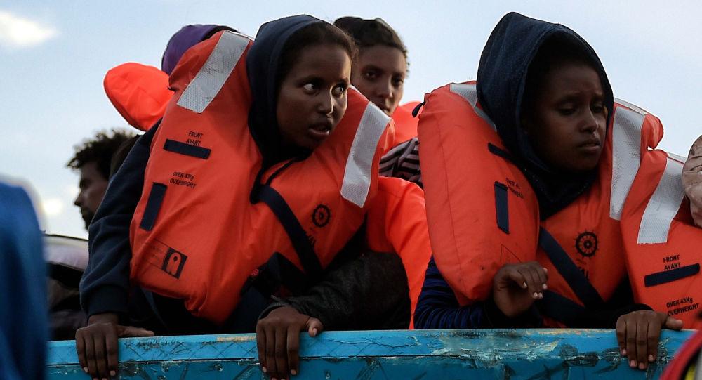 Uchodźcy w łodzi przy libijskim wybrzeżu