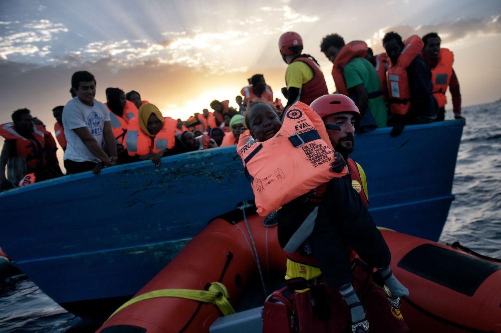 Uratowanie dziecka z tonącego statku z migrantami na Morzu Śródziemnym