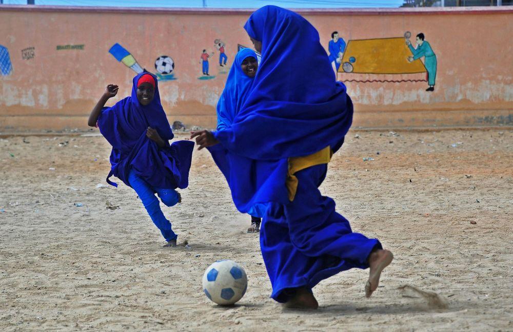 Uczennice w Somalii grają w piłkę