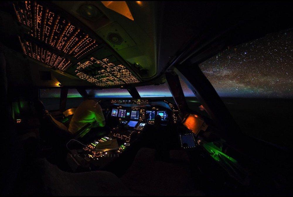 Zdjęcie nieba wykonane przez pilota z kokpitu samolotu pasażerskiego