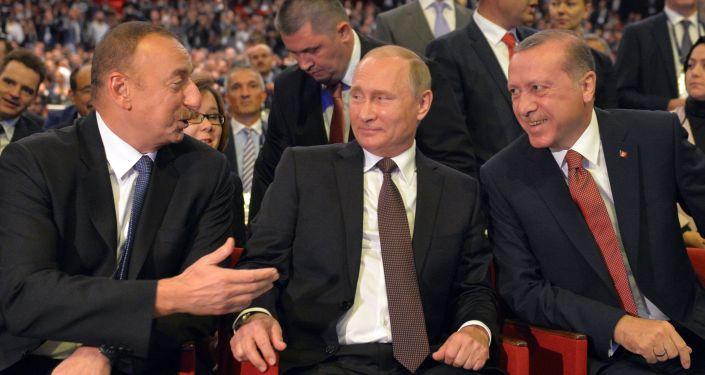 Prezydent Rosji Wadimir Putin, prezydent Azerbejdanu Ilham Aliew i prezydent Turcji Recep Tayyip Erdoğan
