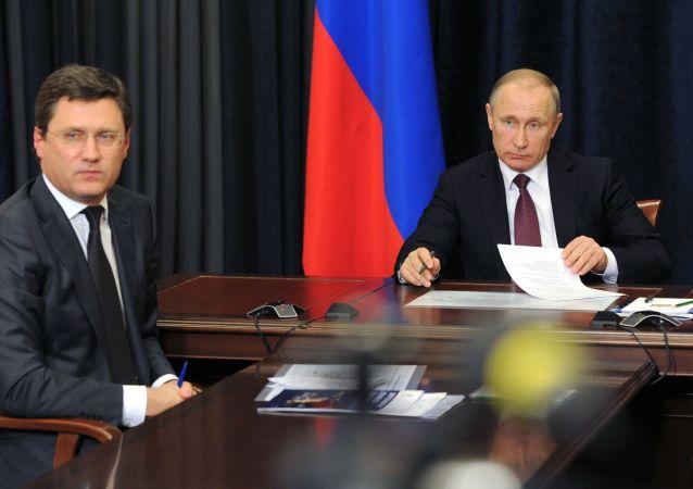Minister energetyki Rosji Aleksander Nowak i prezydent Władimir Putin