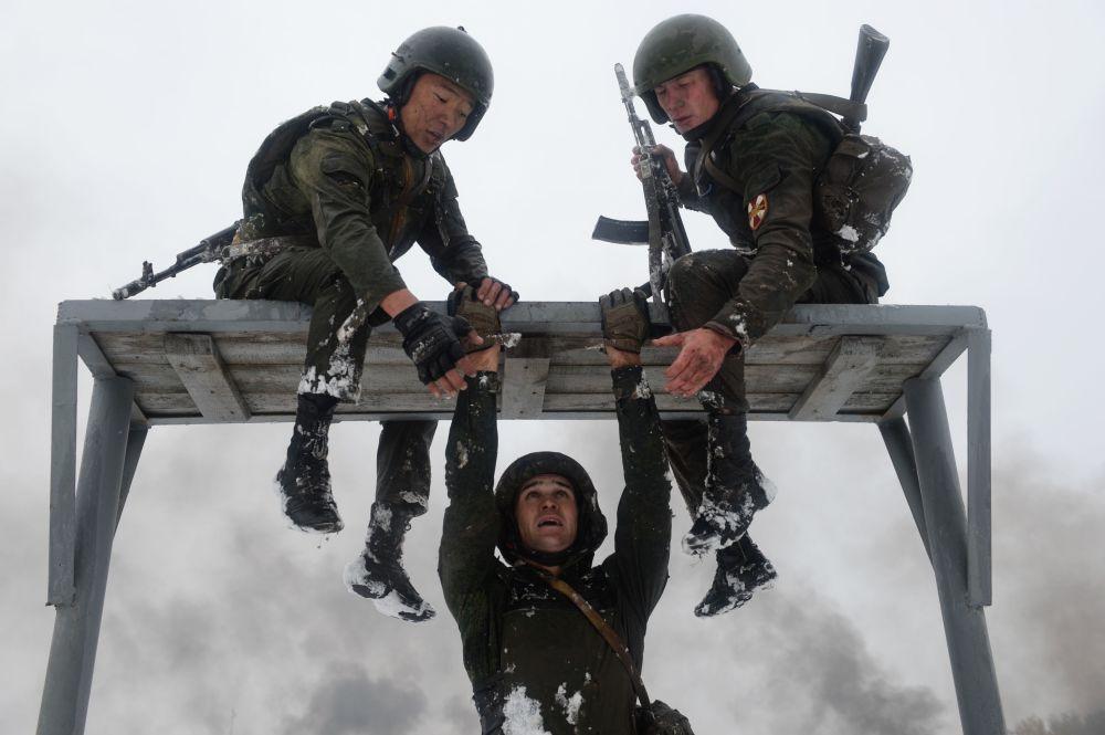 10-kilometrowy marsz i specjalny pas szturmowy z wieloma przeszkodami żołnierze przechodzą pomagając sobie wzajemnie.