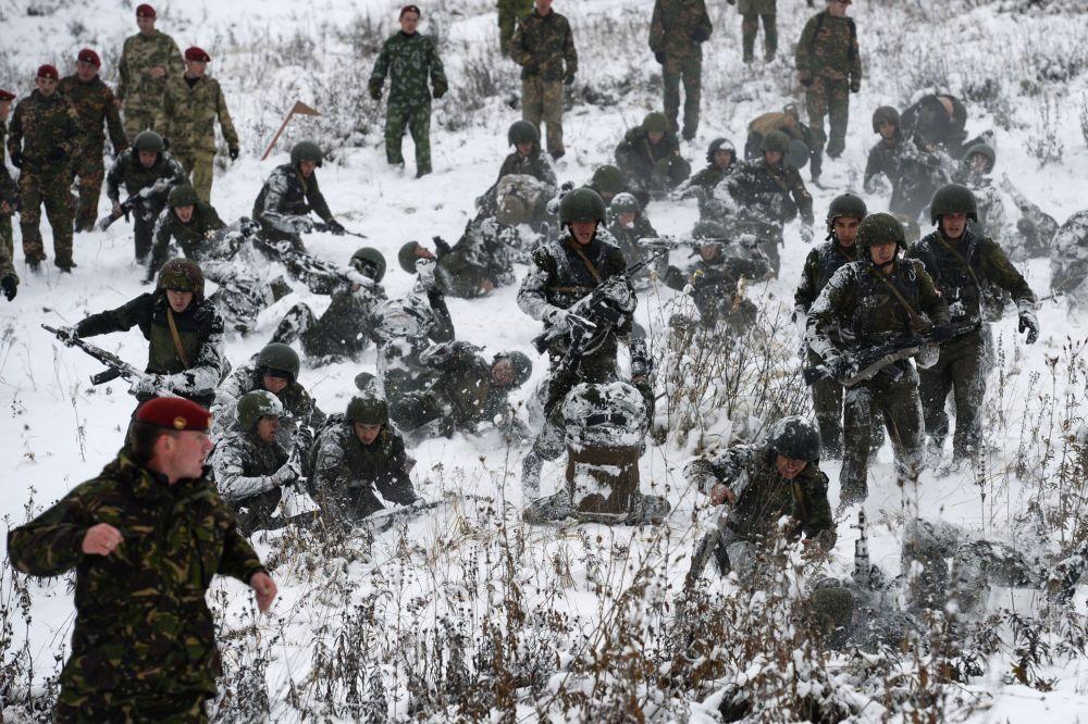 W różnych państwach testy na prawo noszenia czerwonego beretu mogą się różnić, ale sens jest zawsze ten sam: żołnierz powinien wytrzymać obciążenie fizyczne i psychologiczne na granicy ludzkich możliwości.