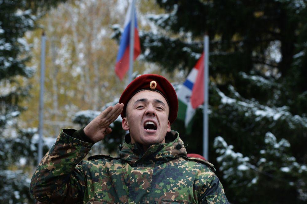 """Wręczenie czerwonego beretu odbywa się w uroczystej atmosferze na apelu całej jednostki wojskowej.  Żołnierz, który pomyślnie przeszedł wszystkie testy otrzymuje beret i klęka na prawe kolano, całuje beret, zakłada go na siebie, odwraca się do szeregu, przykłada rękę do beretu i głośno wypowiada słowa: """"Służę Federacji Rosyjskiej i specnazowi!""""."""