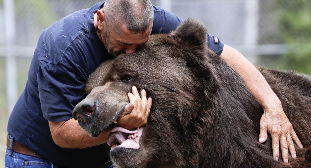 Jim Kowalczik z niedźwiedziem Jimbo w schronisku dla osieroconych dzikich zwierząt w Otisville, w stanie Nowy Jork, USA