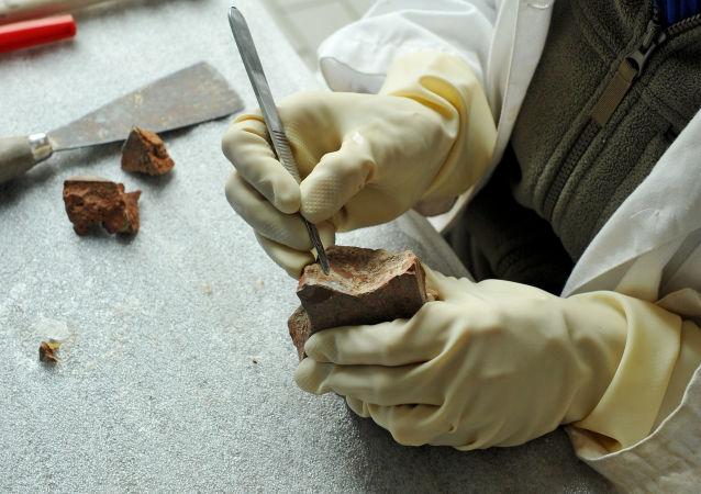 Czyszczenie znaleziska archeologicznego