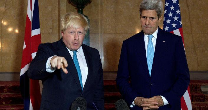 Szefowie brytyjskiego i amerykańskiego resortów spraw zagranicznych Boris Johnson i John Kerry na konferencji prasowej w Londynie