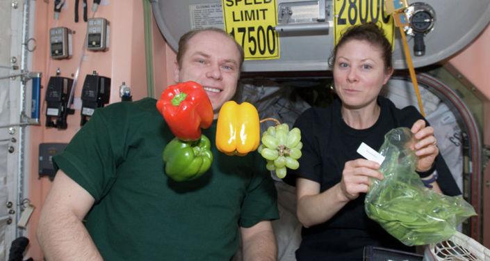 Kosmonauta Oleg Kotow i astronautka NASA Tracy Caldwell-Dyson
