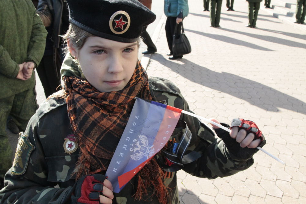 Młoda mieszkanka Doniecka, Angelina. Na jej proporczyku widnieje podpis dowódcy powstańców DRL Arsena Pawłowa (Motoroli).
