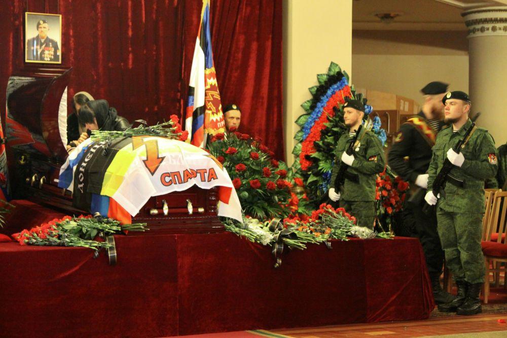 W ceremonii pogrzebowej uczestniczyła warta honorowa i przedstawiciele dowództwa sił DRL.