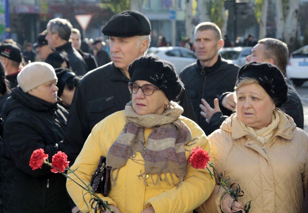 Mieszkańcy Doniecka na pogrzebie dowódcy powstańców DRL Arsena Pawłowa (Motoroli) przed budynkiem Donieckiego Państwowego Teatru Akademickiego Opery i Baletu.