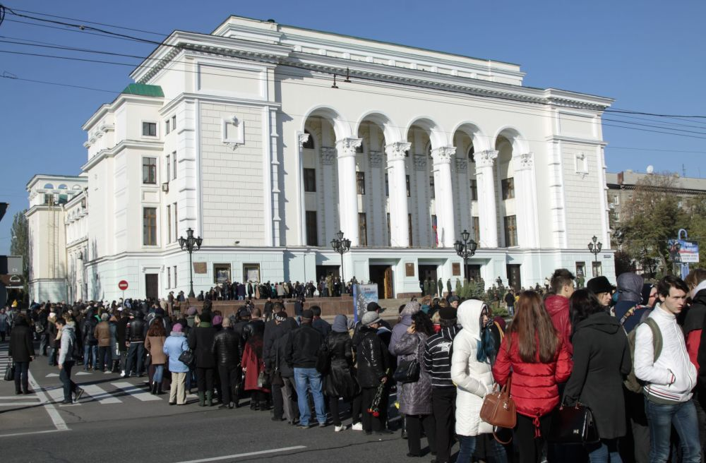 Przed budynkiem teatru ustawiło się w kolejkę kilka tysięcy ludzi z kwiatami.