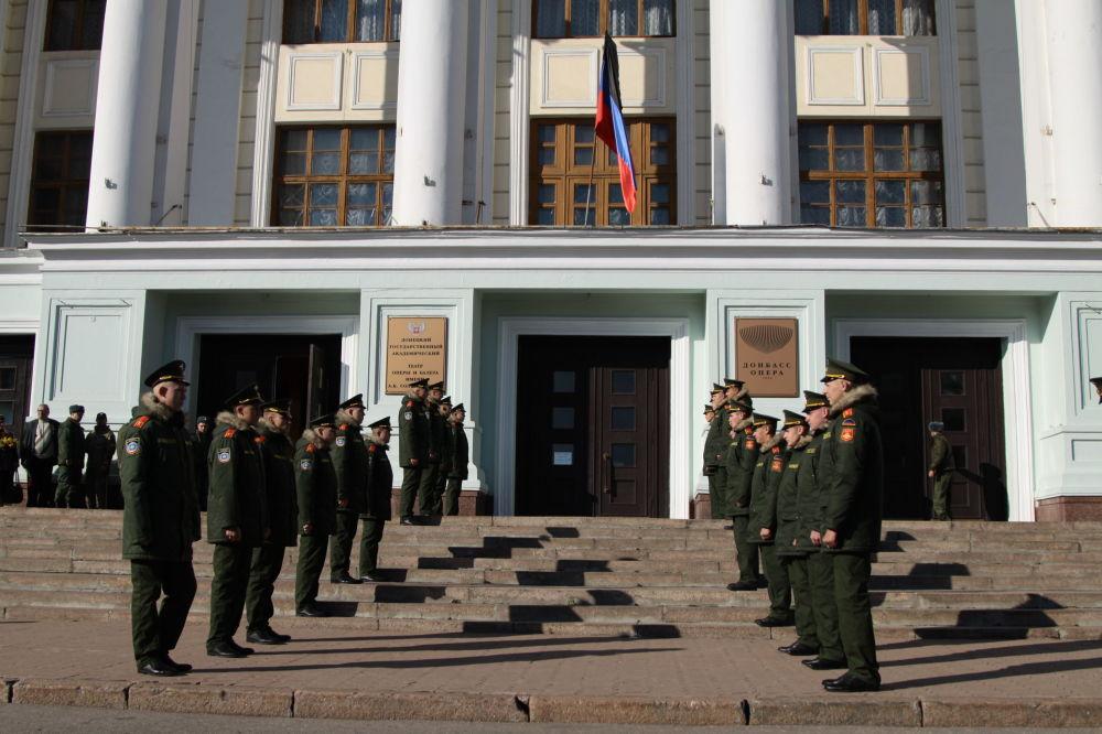Żołnierze uczestniczący w pogrzebie dowódcy powstańców DRL Arsena Pawłowa (Motoroli) przed budynkiem Donieckiego Państwowego Teatru Akademickiego Opery i Baletu.