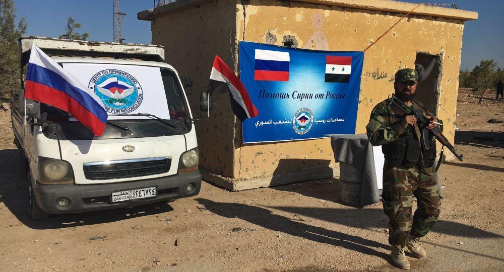 Pracownik organów ścigania przy trasie Castello na północy Aleppo w Syrii