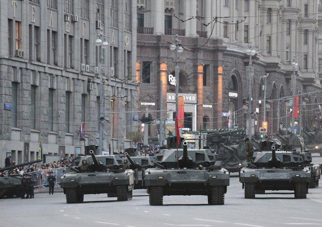 Czołgi T-14 Armata na ulicach Moskwy przed paradą 9 maja 2015 r.