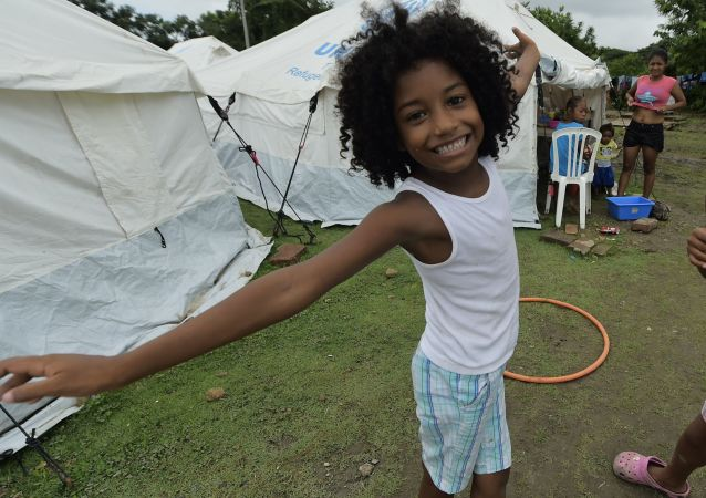 Dziewczynka w obozie dla ofiar trzęsienia ziemi w Ekwadorze