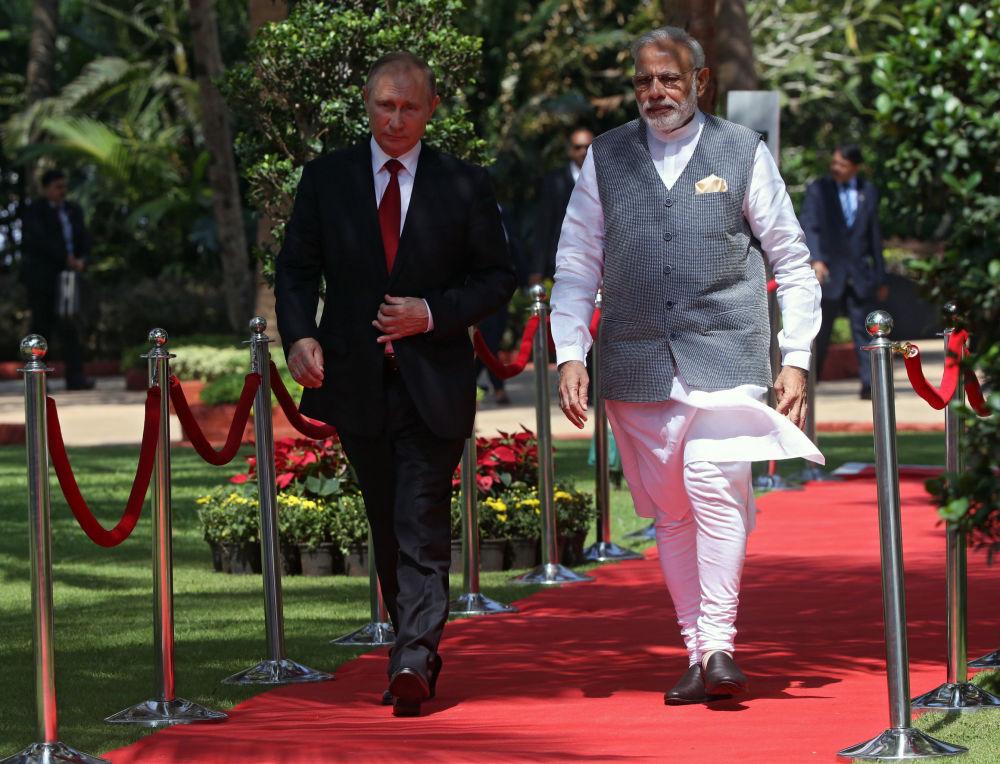 Prezydent Federacji Rosyjskiej Władimir Putin i premier Indii Narendra Modi podczas spotkania w hotelu Taj Exotic w indyjskim stanie Goa