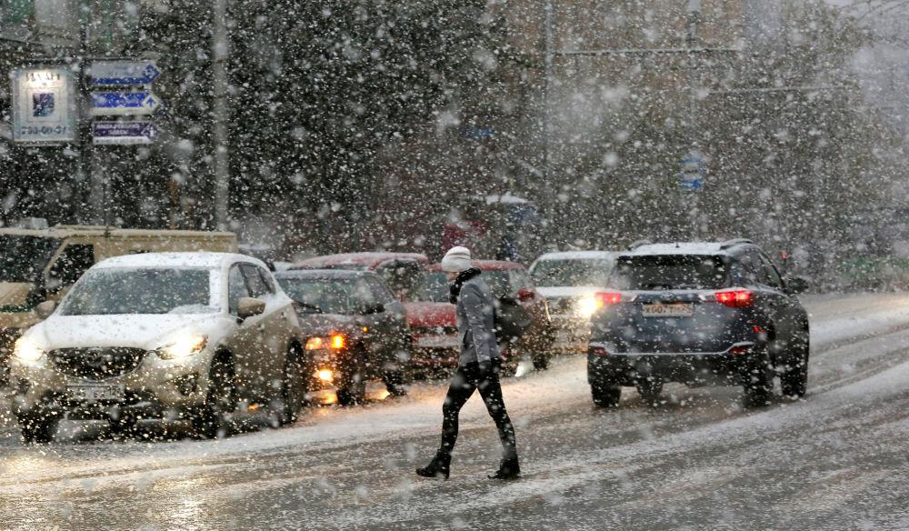 Kobieta przechodzi przez ulicę podczas śnieżycy w Krasnojarsku