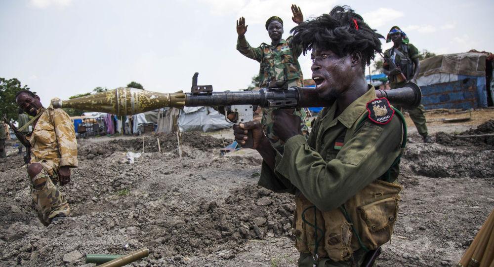 Żołnierze z Narodowo-Wyzwoleńczej Armii Sudanu w okopach w okolicach południowosudańskiego miasta Malakal