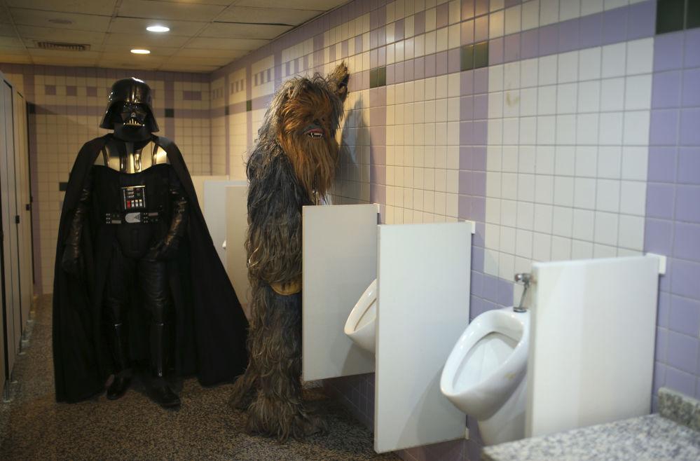 Entuzjaści przebrani za Dartha Vadera i Chewbacca w męskiej toalecie podczas 53. Antalya Film Festival w tureckiej Antalii
