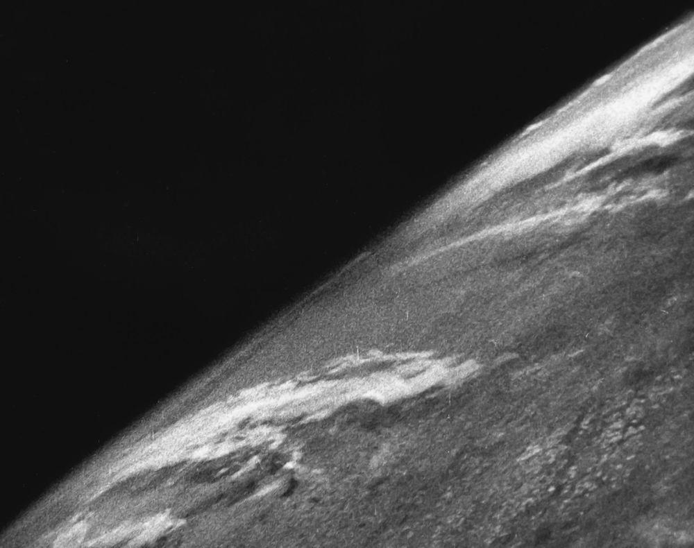 Pierwsze zdjęcie Ziemi zostało zrobione 24 października 1946 roku przez amerykańską automatyczną rakietę V-2 z suborbitalnej wysokości około 105 km. Seria zdjęć wykonana została 35-mm aparatem na czarno-białym filmie.