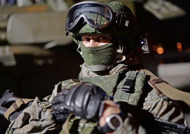 Żołnierz podczas festiwalu Armia Rosji w Moskwie