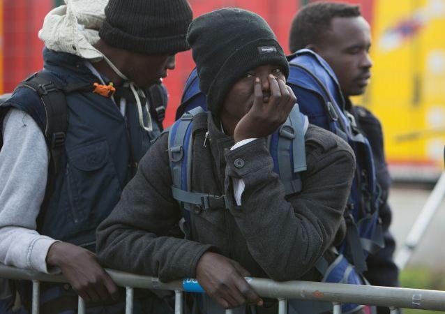 Uchodźcy w specjalnie zorganizowanym ośrodku dla imigrantów w pobliżu obozowiska w Calais we Francji