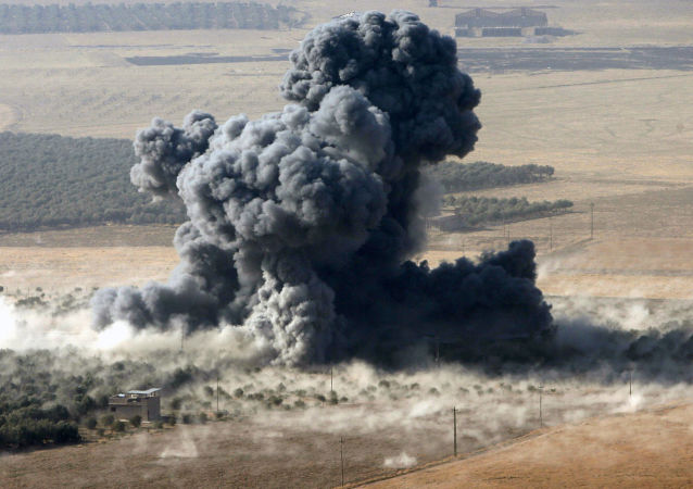 """Dym nad miejsce dyslokacji bojowników """"Państwa Islamskiego"""" w mieście Naveran niedaleko Mosulu, Irak"""
