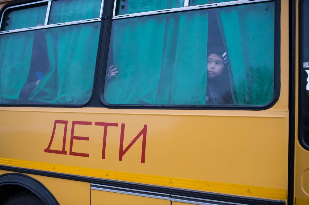 Każdego dnia, aby przybyć na lekcje do szkoły, która znajduje się we wsi Butakowo, Ajdar najpierw przeprawia się łodzią wraz z dorosłymi przez Irtysz do wsi Kurmanowo, a potem czeka na autobus, który dowiezie go do szkoły.