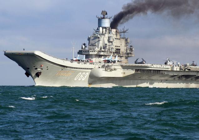 """Na czele grupy rosyjskich okrętów wojskowych płynie ciężki krążownik lotniczy """"Admirał Kuzniecow"""". Przejście rosyjskiej grupy lotniskowej przez La Manche w drodze do Syrii wywołało burzę w brytyjskich mediach. Brytyjska prasa szczegółowo naświetlała to wydarzenie, raportując o przybliżaniu się rosyjskich okrętów niemal co godzinę."""