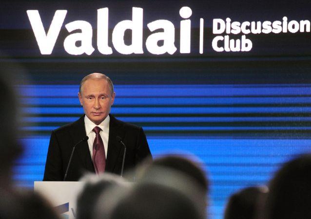Prezydent Rosji Władimir Putin na podsumowującej sesji XIII corocznego posiedzenia międzynarodowego klubu dyskusyjnego Wałdaj w Soczi