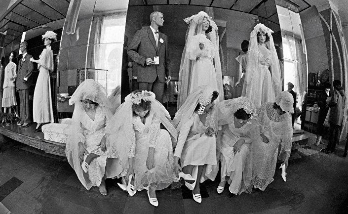 Panny młode przymierzają suknie w domie mody, Moskwa.