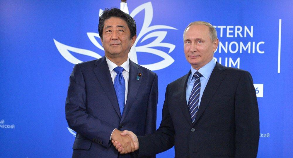 Premier Japonii Shinzo Abe i prezydent Rosji Władimir Putin na Wschodnim Forum Ekonomicznym we Władywostoku